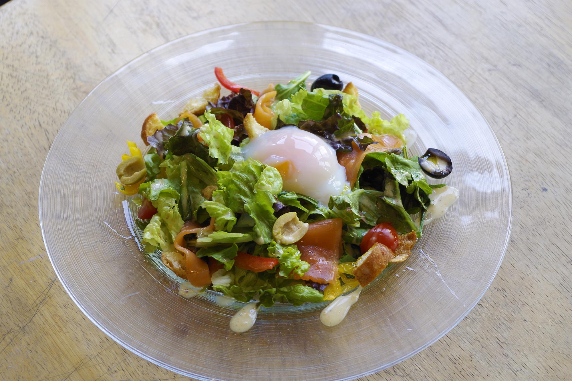 サーモンマリネと半熟卵のサラダ
